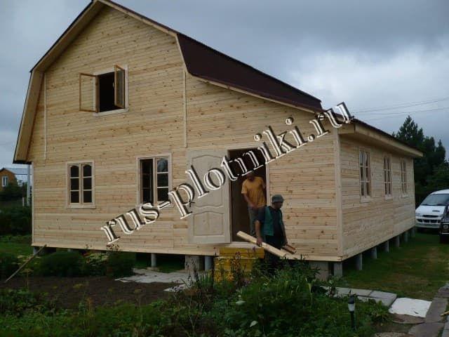 Каркасно-щитовые дома традиционно дешевле, чем дома из бруса, однако в