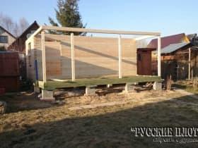 Устанавливаем опоры террасы с усадочными домкратами.