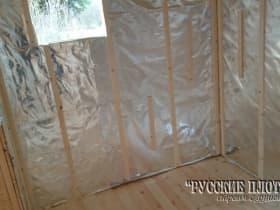 Закрепляем направляющие рейки, чтобы образовался вентиляционный зазор.
