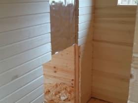 Часть стены, вдоль которой пойдёт дымоход, вагонкой не зашиваем. В дальнейшем заложим туда базальт-картон и закрепим жароотражающий экран.
