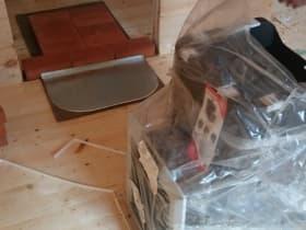 Готовимся устанавливать печь. На основу из базальт-картона уложили ряд кирпича и предтопочный лист.