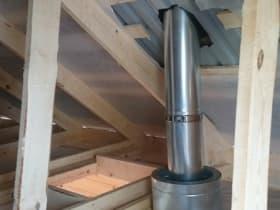 Вывели дымоход вертикально. В потолке устроили защиту от нагрева и возгорания, установив ППУ (потолочно-проходной узел) с двойным контуром изоляции.