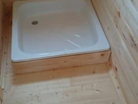 В моечной установили душевой поддон 800*800 мм, с сифоном. Вывели сток за периметр бани.