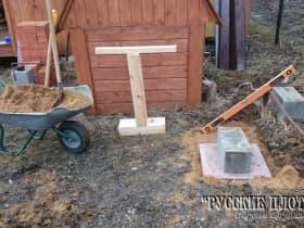 Установили угловую опору. В основании тумбы уложена плитка предоставленная заказчиком.