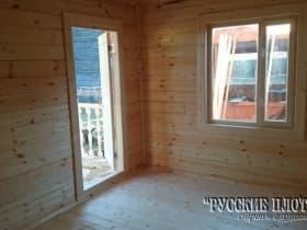 Окно и входная дверь. Вид из комнаты отдыха.