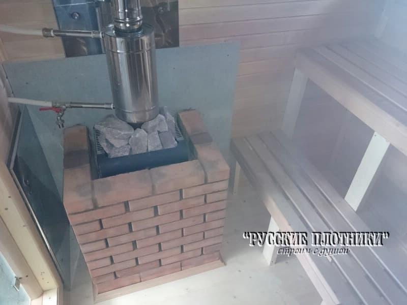 Печь с защитным экраном из кирпича